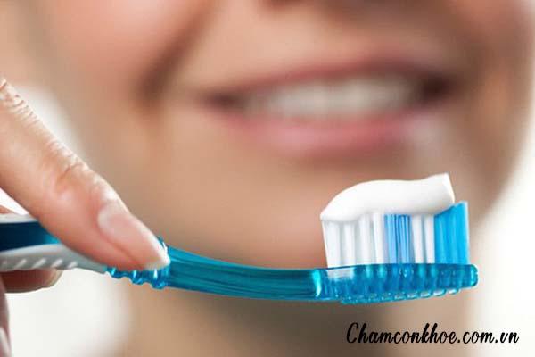 Dùng bài chải răng cứng 1